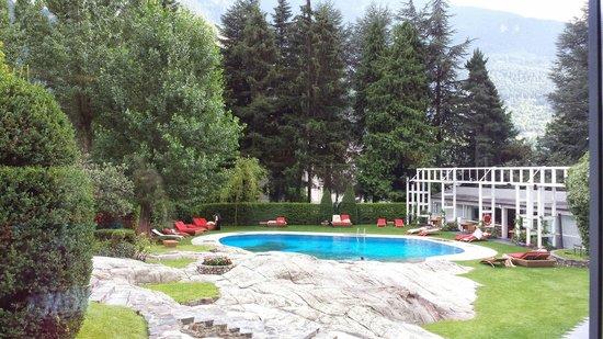 Andorra Park Hotel: Piscine ext avec une partie en rocher...magnifique.