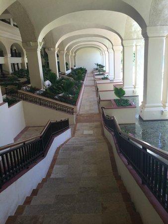 CasaMagna Marriott Cancun Resort: On way to beach...