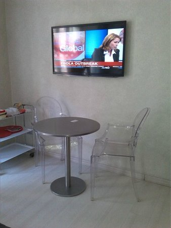 Best Pantheon B&B : Dining area and TV