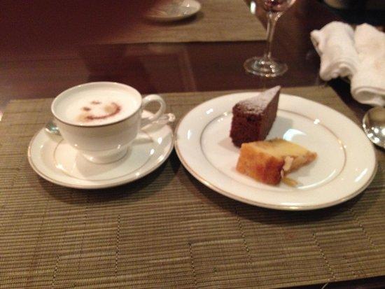 The Ritz-Carlton, Osaka: コーヒーも自分で作るマシンがありますが、注文もできます