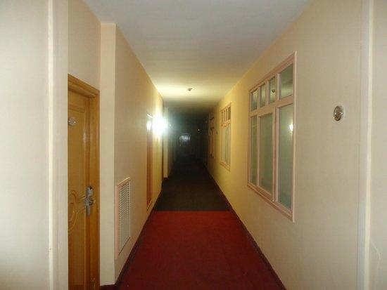 L'Atrium Hotel: dans les couloirs;une seule ampoule sur cinq fonctionne.
