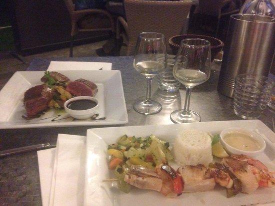 La Petite Gironde : Magret de canard avec ses frites maison  Brochette de gambas et d'espadon grillé accompagné de s