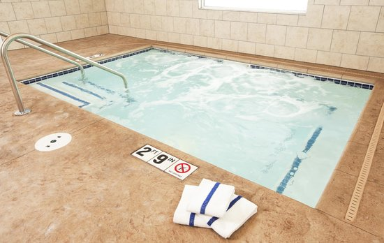 GuestHouse Inn & Suites Rochester : Hot Tub