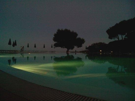 Club Hotel Marina Seada Beach : Piscina del villaggio di sera