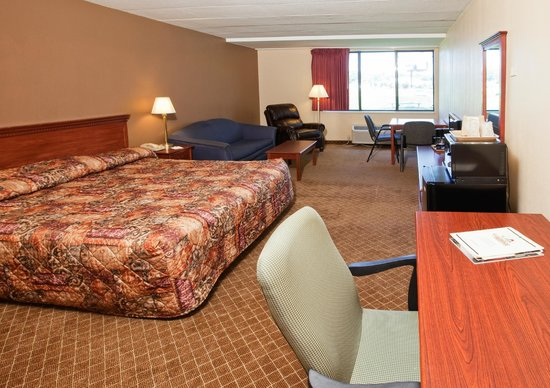 GuestHouse Inn & Suites Rochester: King Room