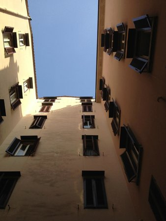 Grand Hotel Plaza & Locanda Maggiore: Looking up from the courtyard.