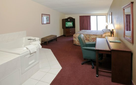 GuestHouse Inn & Suites Rochester: King Jacuzzi Room
