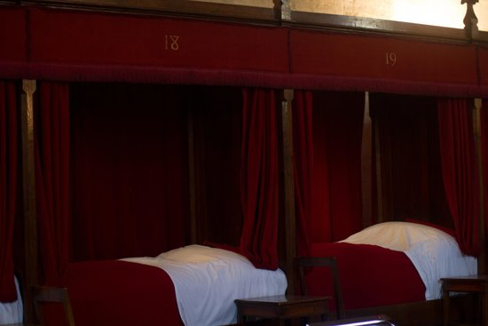 """Musée de l'Hôtel-Dieu : la salle des """"povres"""" (de armenzaal)"""