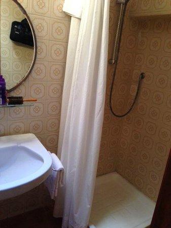 Hotel Gabrielli : Tiny shower stall