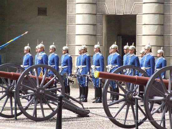 Royal Palace: Артиллеристы и их пушки.