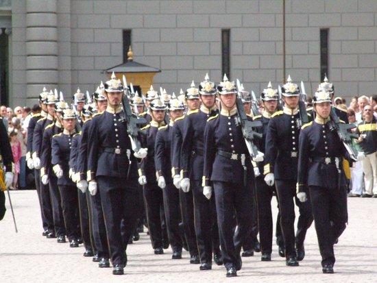Royal Palace: Гвардия марширует на развод.