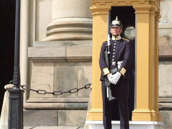 Royal Palace: Тяжела караульная служба.