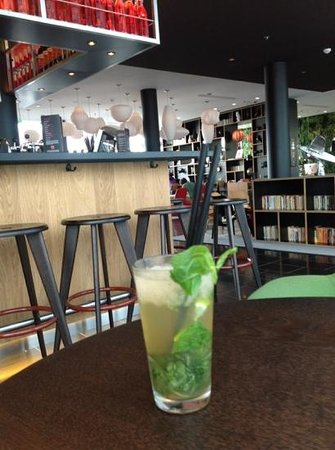 citizenM Paris Charles de Gaulle Airport : complimentary Mojito in the funky bar!