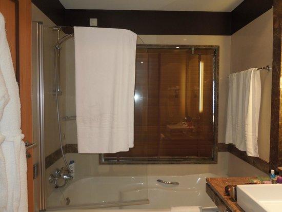 Badezimmer mit Fenster ins Schlafzimmer - Bild von Pestana ...