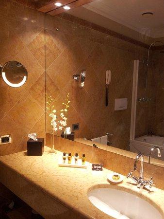 Hotel Londra Palace: Salle de bains, chambre deluxe vue lagon