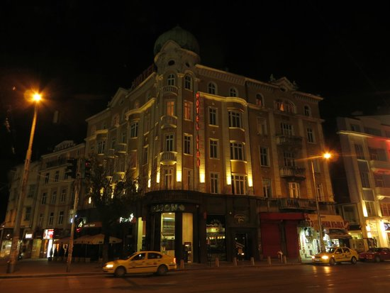 Hotel Lion: Отель, ночной вид