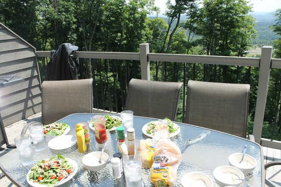 Cap Tremblant Mountain Resort: Patio balcony with table and gas grill