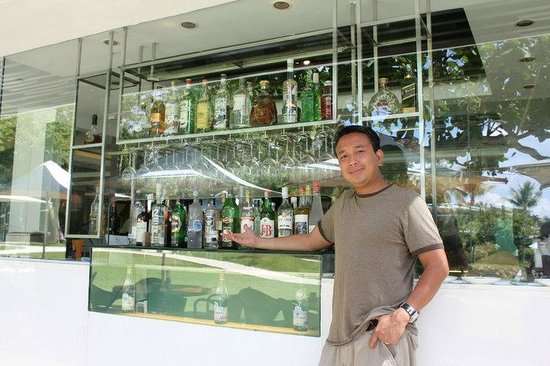 Shangri-La's Mactan Resort & Spa: The outdoor bar selection