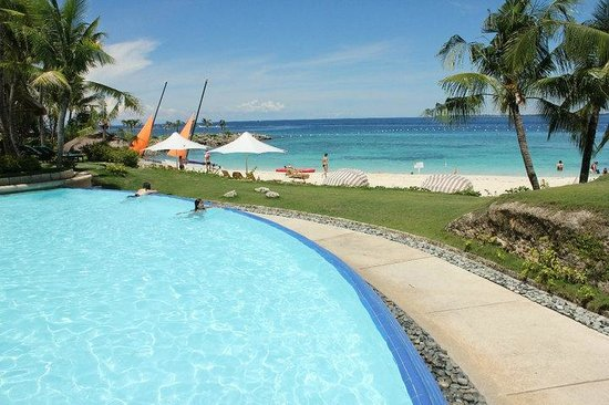 Shangri-La's Mactan Resort & Spa: Infinity Pool by the beach