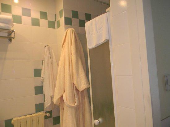 Grande Albergo Ausonia & Hungaria: salle de bain   le peignoir et celui du spa massage