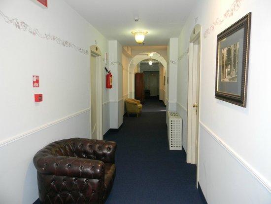 Grande Albergo Ausonia & Hungaria: couloir style hôpital toutes les chambres sont les mêmes que les photos