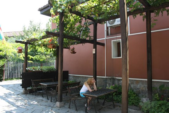 Plovdiv Old Town: Виноград в саду церкви Св.Константина и Елены