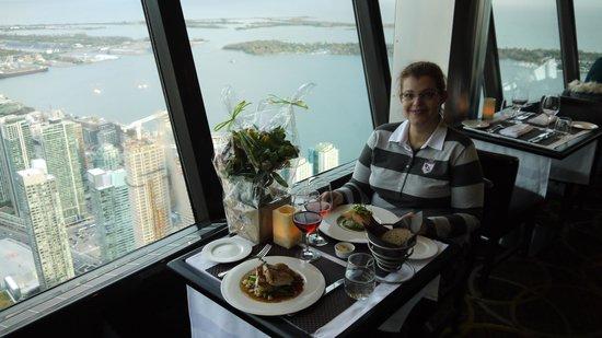 360 The Restaurant at the CN Tower: Ужин на фоне Торонто и озера Онтарио