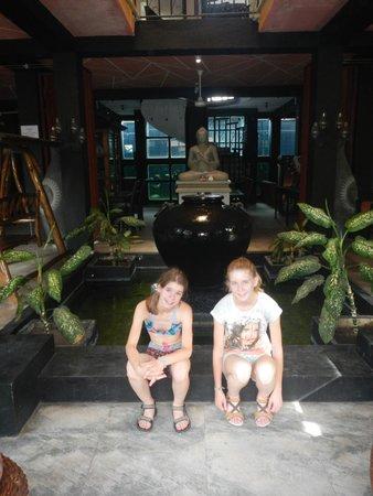 Flower Garden Hotel: de inkomhal