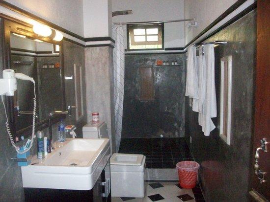 Flower Garden Hotel: zeer ruime badkamer