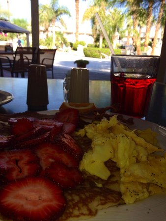 Miracle Springs Resort and Spa: Enjoying a poolside breakfast in the shade.