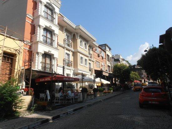 Hotel Darussaade Istanbul: Улица, где стоит отель