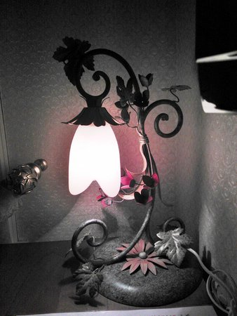 Hotel Darussaade Istanbul: Настольная лампа в номере