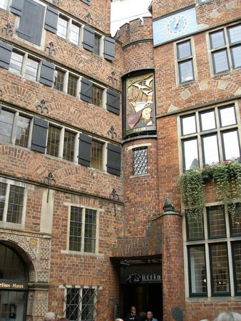 Historische Altstadt: музыкальные часы в стене дома