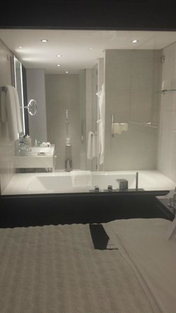 Le Royal Meridien Beach Resort & Spa: hotel room - bathroom through the glass