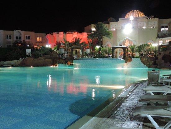 Joya Paradise: La piscine le soir , magique