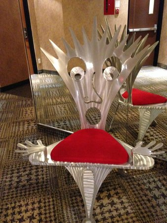 White Oaks Conference Resort & Spa : Artsy chairs on every floor near elevators