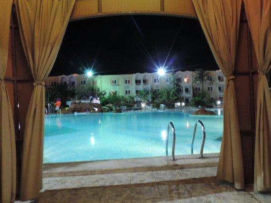 Joya Paradise: La piscine le soir, magique !