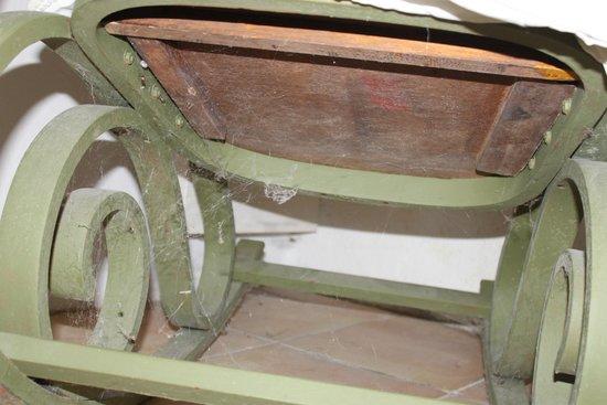 Chateau de Fajac la Selve: Dessous d'une chaise à bascule, qui témoigne du manque de nettoyage au vu des toiles d'araignée
