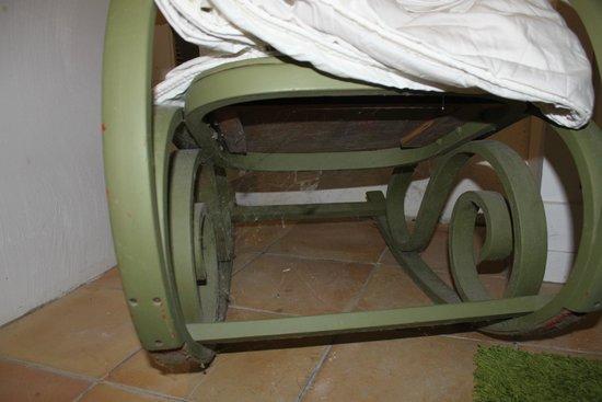 Chateau de Fajac la Selve: Dessous d'une chaise à bascule