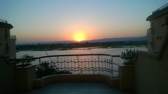 Steigenberger Nile Palace Luxor : stunning sunset from balcony