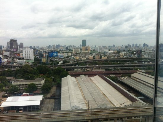 Eastin Hotel Makkasan: view from the swimmingpool - not so nice :)