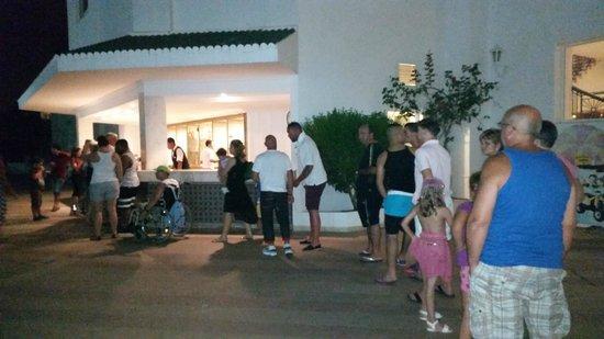 El Mouradi Club Kantaoui : start of bar queue 8.15pm