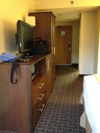 AmericInn Lodge & Suites Madison West: Window to door view