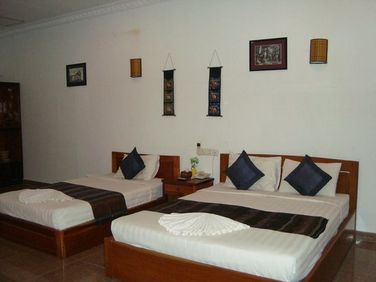 Angkor Spirit Palace: Кровати в номере