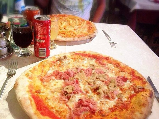 Bar Trattoria Pizzeria Meda: Pizza con funghi/prosciutto e l'altra con patatine