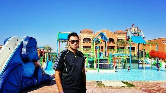 Sea Club Aqua Park: حرصت على التقاط صورة للذكرى بجانب الأكوا بارك
