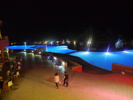 Royal Horizons Boa Vista : zwembad by night
