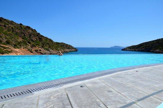 Daios Cove Luxury Resort & Villas : Aussi beau que dans les catalogues... La piscine et vue sur mer