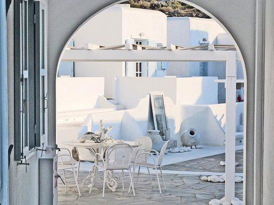 Mykonos Bay Hotel: Hotel courtyard