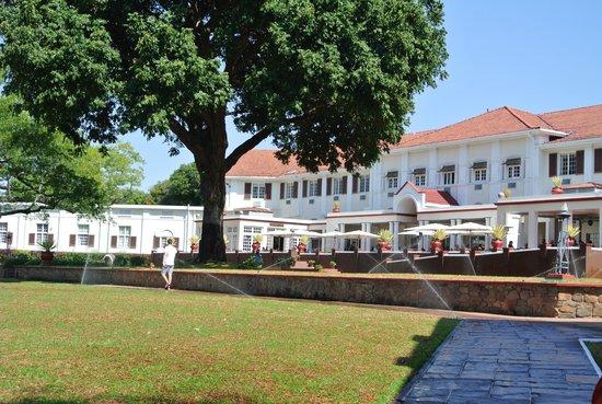 The Victoria Falls Hotel: edificio e parco
